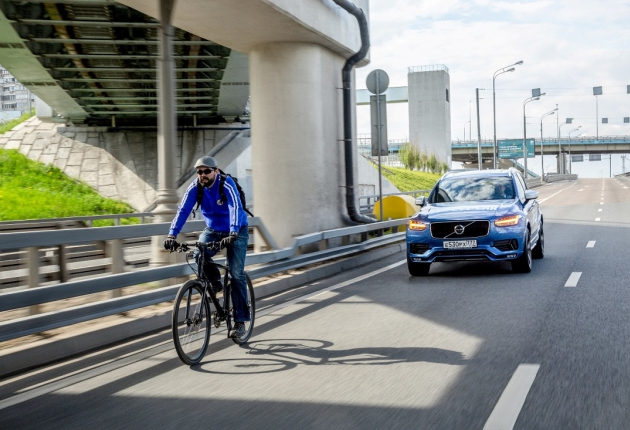 Система Volvo тормозит перед велосипедистом